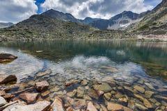 La vista panoramica stupefacente dei laghi Musalenski e Musala alzano, montagna di Rila Immagine Stock