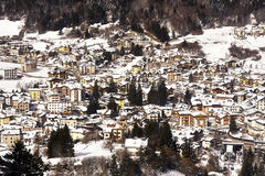 La vista panorámica de Andalo cubrió nieve Imágenes de archivo libres de regalías