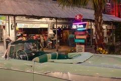La vista parcial del coche del vintage y la ciudad vieja firman adentro el área de Kissimmee imagen de archivo