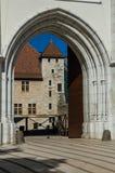 La vista parziale del castello di Annecy tramite il portone dell'entrata e la pietra incurvano a Annecy Fotografie Stock Libere da Diritti