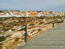 La vista a Peniche alloggia vicino all'oceano dalla strada di legno Fotografia Stock Libera da Diritti