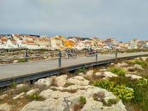 La vista a Peniche alloggia vicino all'oceano ed alla strada di legno Immagini Stock