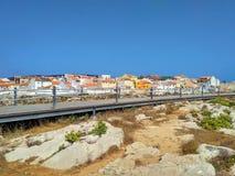 La vista a Peniche alloggia vicino all'oceano ed alla strada di legno Fotografie Stock