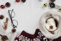 La vista piana di disposizione degli urti ed il tartan hanno strutturato il maglione rosso su fondo bianco con la tazza di caffè, immagini stock libere da diritti