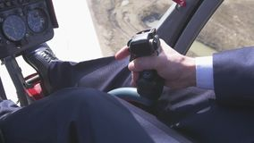 La vista a pilota prende la manopola di comando per decollare sull'elicottero Macchina fotografica dentro Cabina pilota volo stock footage