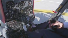 La vista a pilota prende la manopola di comando per decollare sull'elicottero Macchina fotografica dentro Viti giranti sunny video d archivio
