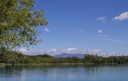 La vista pintoresca del lago y la montaña ajardinan imagen de archivo libre de regalías