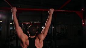 La vista posterior, la cámara se mueve detrás del atleta conveniente a la barra realizar tirón-UPS