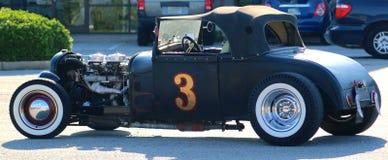 La vista posterior de los años 40 negros vadea el coche convertible antiguo del T-cubo Imagenes de archivo