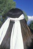 La vista posterior de una banda principal blanca en un nativo americano cherokee foto de archivo