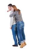 La vista posteriore dei giovani che abbracciano le coppie (uomo e donna) abbraccia e guarda Immagini Stock Libere da Diritti