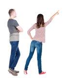 La vista posteriore di giovani coppie abbraccia e esamina la distanza Fotografia Stock