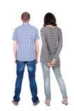La vista posteriore di giovani coppie abbraccia e esamina la distanza Immagine Stock Libera da Diritti