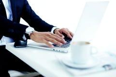 La vista potata di immagine delle mani dell'uomo con usura di lusso guarda l'introduzione sul NET-libro durante le pause caffè Fotografia Stock