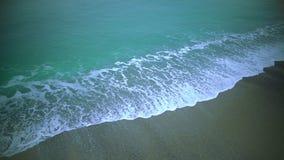 La vista que calma del mar agita la playa de la arena que se lava, fondo relajante, cámara lenta almacen de metraje de vídeo