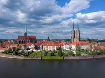 La vista a?rea de Wroclaw: Ostrow Tumski, catedral de St John el Bautista y la iglesia colegial de la cruz y del St santos Barth fotos de archivo