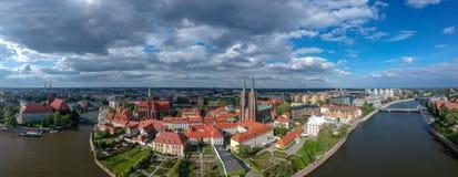 La vista a?rea de Wroclaw: Ostrow Tumski, catedral de St John el Bautista y la iglesia colegial de la cruz y del St santos Barth imagen de archivo