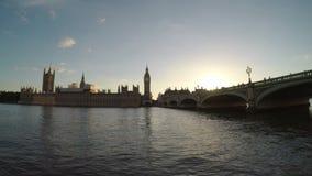 La vista relajante del Támesis agita el río y el edificio grande de Ben Parliament y en la puesta del sol - almacen de metraje de vídeo