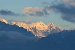 La vista sbalorditiva di neve ha ricoperto le montagne in Italia Fotografia Stock