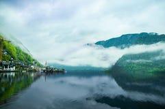 La vista scenica della cartolina del paesino di montagna famoso di Hallstatt con Hallstaetter vede nelle alpi austriache, regione Fotografie Stock Libere da Diritti