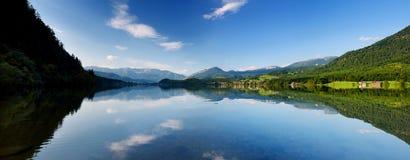 La vista scenica delle riflessioni pittoresche in acque calme del lago Hallstatt o Hallstatter vede, l'Austria Fotografia Stock Libera da Diritti