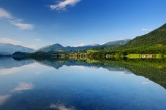 La vista scenica delle riflessioni pittoresche in acque calme del lago Hallstatt o Hallstatter vede, l'Austria Fotografie Stock