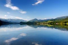 La vista scenica delle riflessioni pittoresche in acque calme del lago Hallstatt o Hallstatter vede, l'Austria Immagine Stock Libera da Diritti