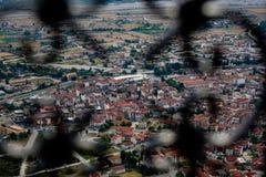La vista scenica di paesaggio urbano delle costruzioni rosse antiche del tetto, la via urbana e lo spazio in Kalambaka dai monast Immagini Stock