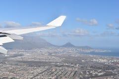 La vista sopra Cape Town in aereo con la grande montagna della Tabella, la collina del segnale ed i leoni si dirigono, il Sudafri Immagini Stock