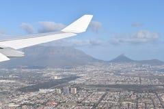 La vista sopra Cape Town in aereo con la grande montagna della Tabella, la collina del segnale ed i leoni si dirigono, il Sudafri Fotografia Stock