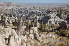La vista sopra la valle con la caverna alloggia, in Cappadocia, la Turchia Immagine Stock