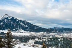La vista sopra le montagne e la valle nelle alpi del Tirolo Immagini Stock Libere da Diritti