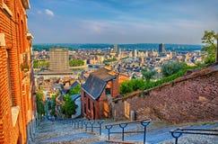 La vista sopra montagne de beuren le scala con le case con mattoni a vista rosse nella L Immagine Stock Libera da Diritti