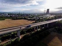 La vista sopra la strada principale del ponte ad una centrale atomica in Germania Coblenza Andernach il giorno soleggiato Fotografia Stock