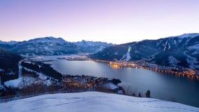 La vista sopra Zell vede alla notte nell'inverno, Austria Immagine Stock