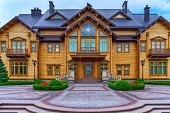La vista squisita della casa ha allineato con legno con presentato Fotografia Stock
