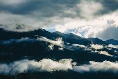 La vista stupefacente delle montagne slovene vicino ha sanguinato, la Slovenia Sole dietro le montagne nebbiose dopo un giorno pi Fotografia Stock