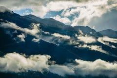 La vista stupefacente delle montagne slovene vicino ha sanguinato, la Slovenia Sole dietro le montagne nebbiose dopo un giorno pi Immagine Stock