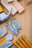 La vista su copyspace ha organizzato gli strumenti della costruzione sui baords di legno fotografie stock