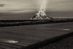 La vista su Mont Saint Michel con il percorso di camminata, seppia ha tonificato, la Normandia Fotografia Stock Libera da Diritti