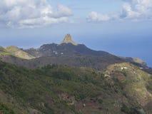 La vista su Monte Taborno con le colline verdi ed il bianco del cielo blu si appanna Fotografie Stock