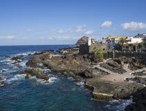La vista su panorama di Garachico con gli stagni e la lava del mare oscilla il villaggio Fotografia Stock Libera da Diritti