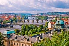 La vista sui ponti di Praga Immagini Stock