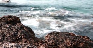 La vista sul mare con le rocce ed il geyser gradiscono l'effetto in mare fotografia stock libera da diritti