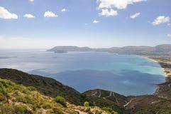 La vista sul mare variopinta con la vista sulla linea costiera ed il mare abbaiano immagine stock