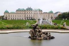 La vista sul palazzo di belvedere e sul parco davanti lui nel giorno piovoso fotografia stock libera da diritti