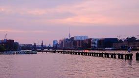 La vista sul ponte di Oberbaum e la TV si elevano sul tramonto a Berlino, Germania Fotografie Stock Libere da Diritti