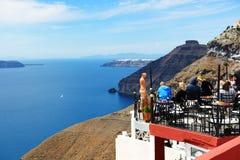 La vista sulla città e sui turisti di Fira che godono della loro vacanza Fotografia Stock