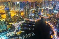 La vista sulla notte ha evidenziato il porticciolo di lusso dal 52° piano, Dubai, Emirati Arabi Uniti del Dubai Immagine Stock Libera da Diritti