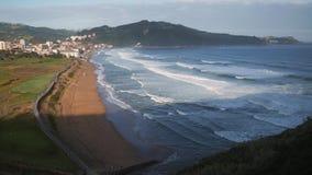 La vista sulla rottura della spiaggia ondeggia sulla spiaggia della spuma stock footage